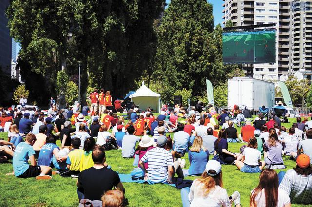近500名三藩市市民和遊客聚集於Sue Bierman公園,觀看如火如荼的世界盃賽事。 記者羅雅元攝
