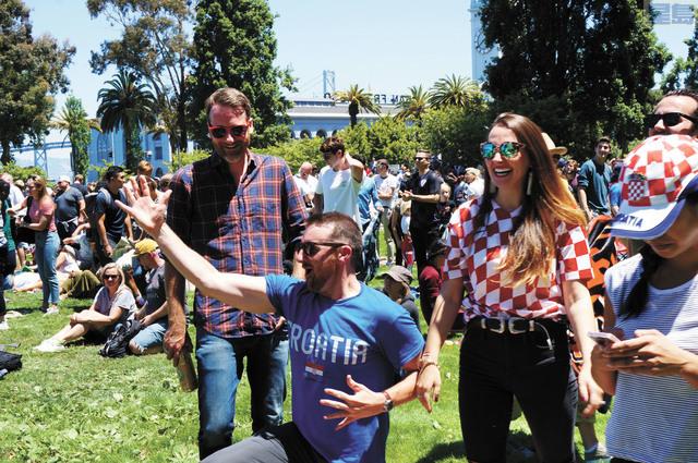 市民Joe和來自克羅地亞的妻子以及友人為克羅地亞球隊進入決賽感到興奮無比。記者羅雅元攝