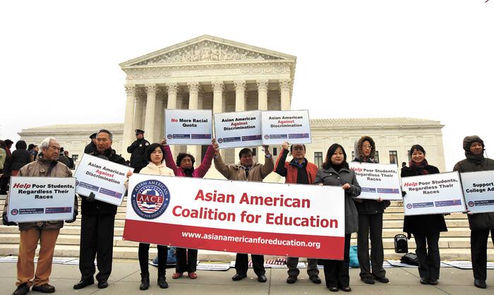 近些年,關於平權法案對亞裔的影響爭議不斷。圖為2015年12月,美國亞裔團體舉行集會示威,要求停止對亞裔學生的歧視。中新社資料圖片