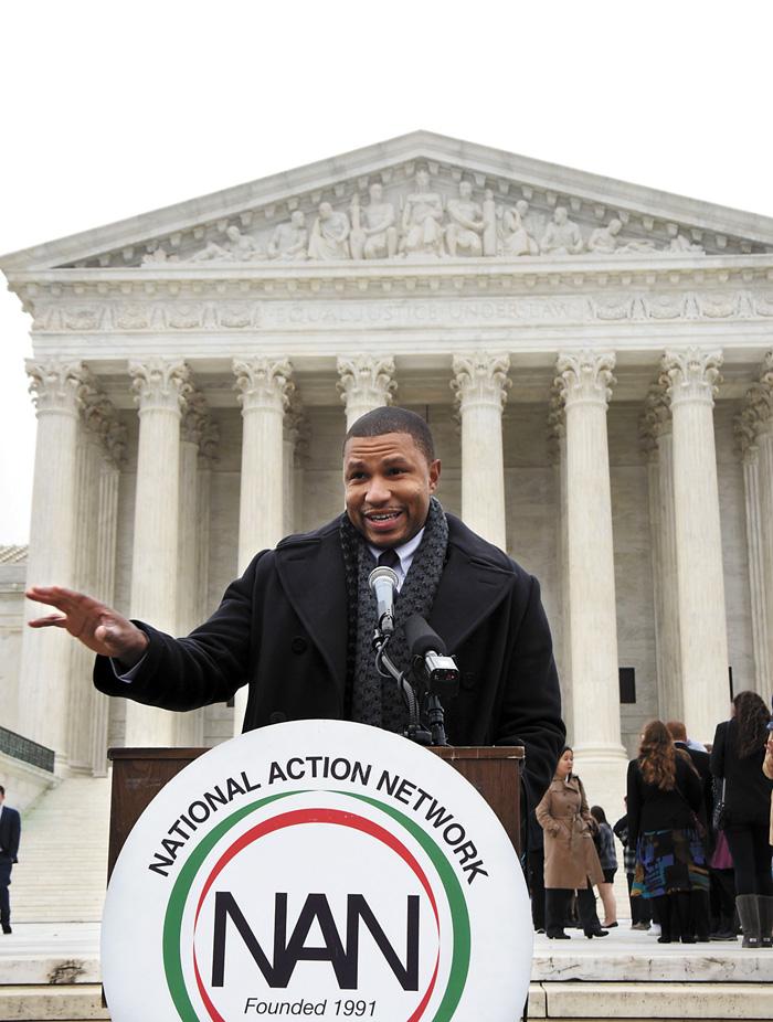 一名非洲裔民權人士呼籲最高法院肯定平權法案的意義。新華社資料圖片