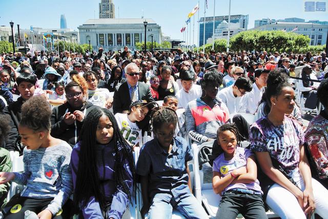 觀禮席上為數眾多的非裔青少年。記者黃偉江攝