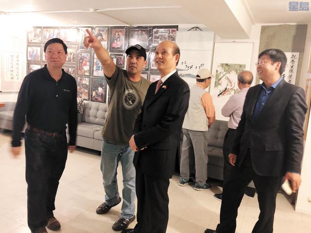 羅林泉總領事參觀設在地庫的藝術展覽廳。(照片由金門藝術家協會提供)