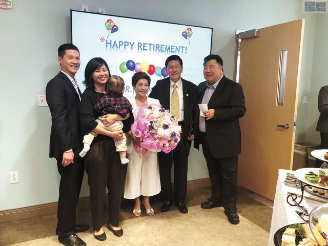 李家仁醫生的妻子、兒子、媳婦和孫子都出席歡送會分享他的喜悅。記者梁穎欣攝