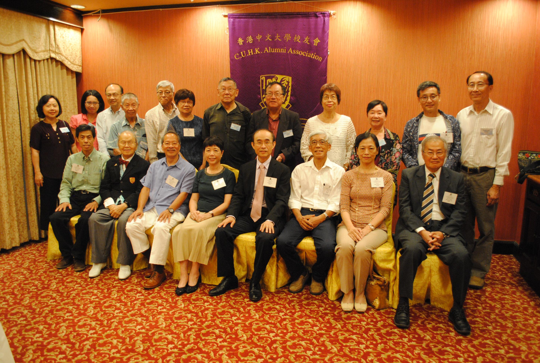 余濟美教授(前排左5)與南加州中大校友相聚。記者李青蔚攝