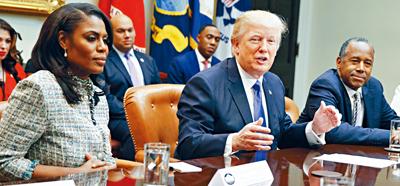 白宮前非裔女助理奧馬羅薩(左)宣傳新書時說,有偷錄特朗普的講話。圖為她在白宮任職期間出席會議。    美聯社資料圖片