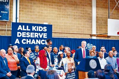 白思豪今年6月宣布特殊高中改革細節後引起亞裔社區強烈反彈。資料圖片