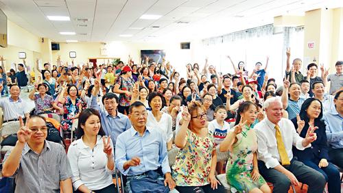 眾多華人到場支持艾維拉。