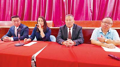 牛毓琳(左二)召開社區會議。