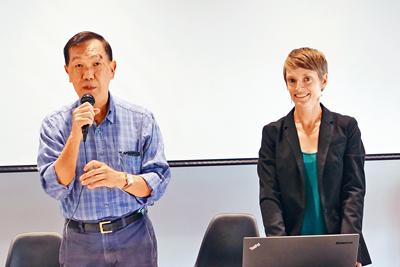 芝加哥大都會計劃局資深策劃員琳西貝利(右)、華埠更好團結聯盟主席陳增華(左)舉辦有關華埠停車管理議題的社區會議。梁敏育攝