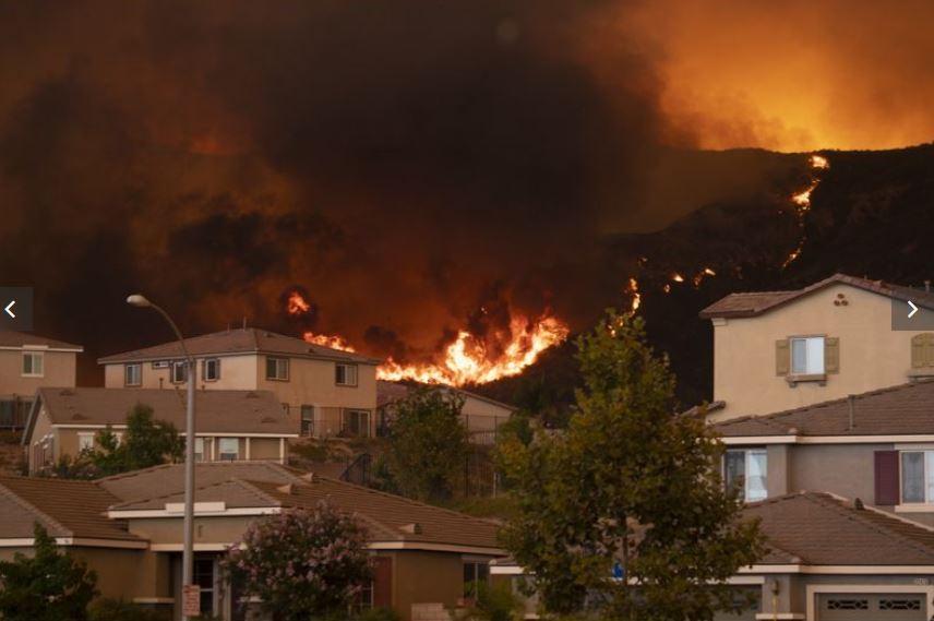 Holy Fire山林大火逼近艾仙諾湖麥克維克峽谷附近的民宅。洛杉磯時報