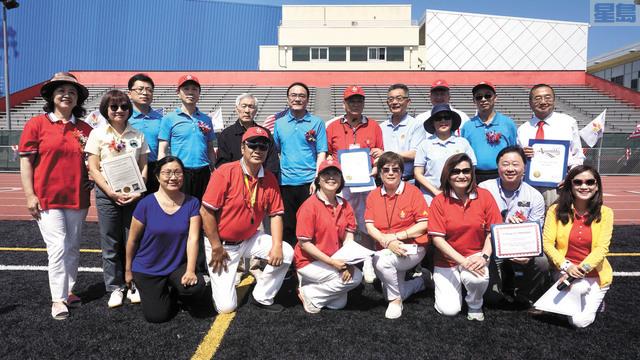嘉賓們向北加州華人文化體育協會頒發賀狀。記者黃偉江攝