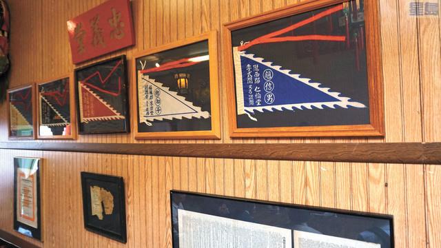 洪門致公總堂內曾經掛滿歷史文獻的牆壁,只剩下忠義堂的牌匾和幾面洪門旗幟。記者黃偉江攝