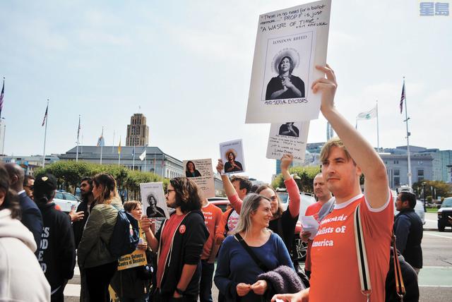 示威者在場內示威,指布里德不該拿她本不支持的F提案獲得的撥款來邀功。記者徐明月攝