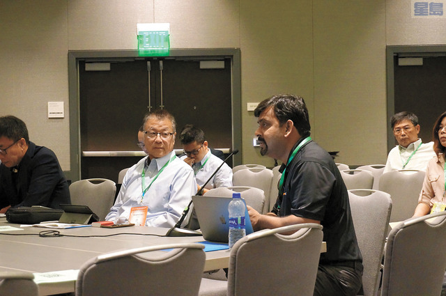 李定貽博士(左)向發言人提問對人類面臨被機器控制的觀點。記者羅雅元攝
