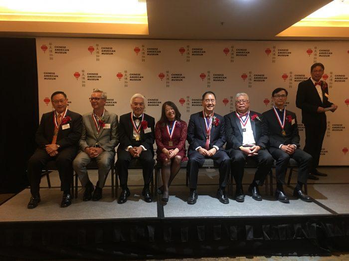 「第22屆歷史締造者頒獎典禮」獲獎者。蔣志豪(右1 )、曾永燊(右2)、王康隆(右3)、林笑珍(右4)、楊定邦(右5)、Michael Ritchi(右6)以及翟善方(右7)。記者吳寧芯攝