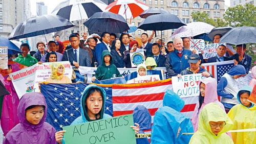 很多社區領袖和民選官員參加了示威。