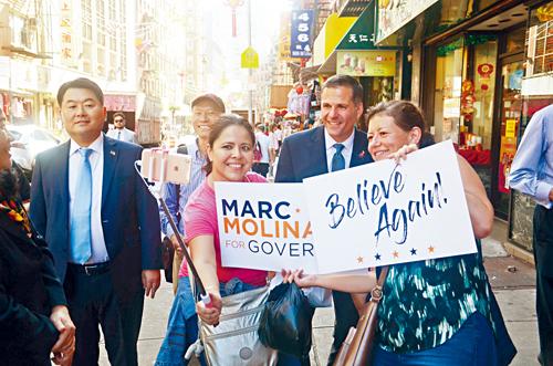 馬利納羅訪問華埠時與認出他的路人自拍。