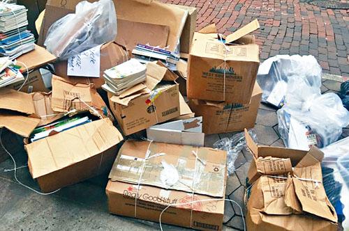 數百本書被當作垃圾扔棄路邊。網上圖片