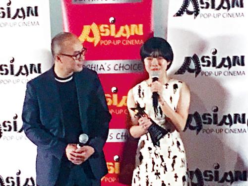亞洲躍動電影展開幕夜, 藝城廣告設計公司東主黃暉(左)頒發「閃亮新星獎」予電影「成長」的14歲女主角Lee Jae-In(右)。梁敏育攝