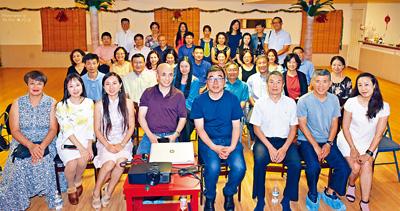 文化村村長劉承熹(前中)、蔡天新教授(前右四)與參加文化村演講會的嘉賓們合影。