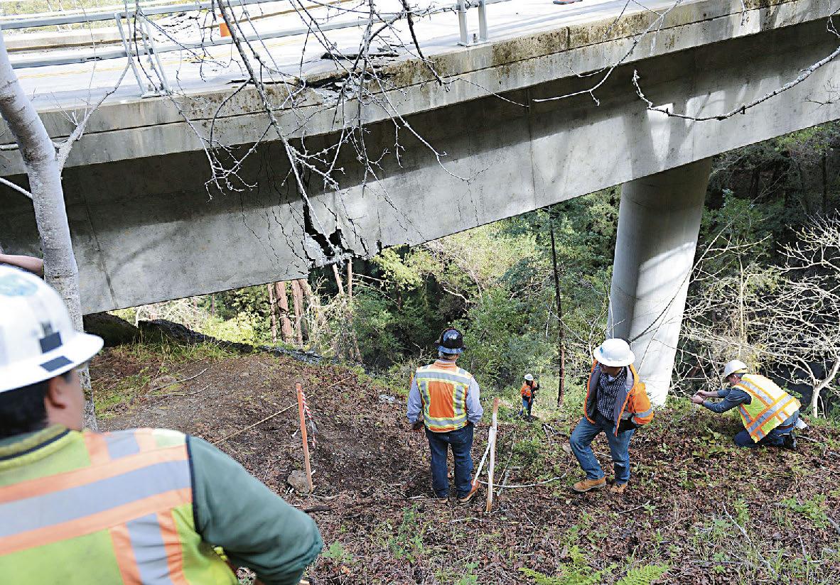 加州運輸局急需工程師新血加入,圖為州府工程師去年2月勘察受暴雨和泥石流衝擊受損的大橋。美聯社資料圖片