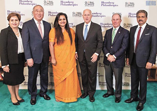 「全球氣候行動峰會」聯合主席加州州長布朗(右三)、前紐約市長彭博(右二)和中國代表解振華(左二)等主持會議揭幕。主辦方提供