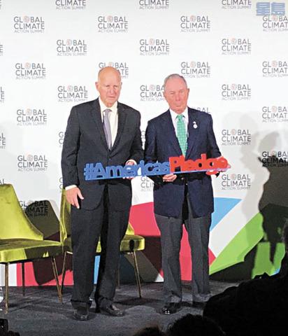 布朗(左)和彭博(右)宣布「美國承諾」新報告。2018「全球氣候行動峰會」推特圖片