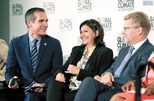 左起:洛杉磯市長賈西堤(Eric Garcetti)、巴黎市長伊達爾戈(Anne Hidalgo)及哥本哈根市長贊臣(Frank Jensen)出席全球氣候行動峰會。美聯社