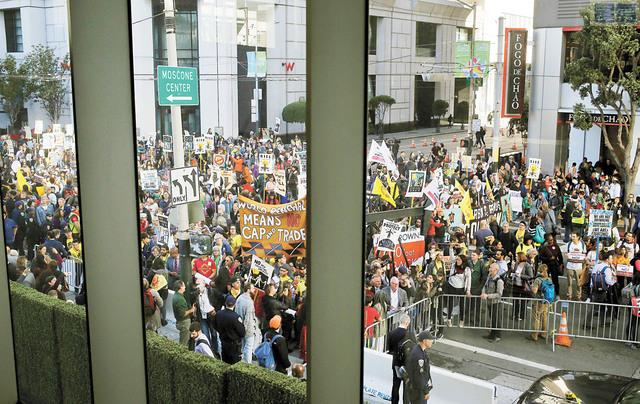 全球氣候行動峰會在莫斯孔尼中心舉行,大量示威者聚集會場外。美聯社