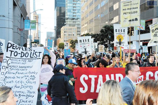 大約200名社區人士在「全球氣候行動峰會」會議中心外集會,2人被捕。記者羅雅元攝