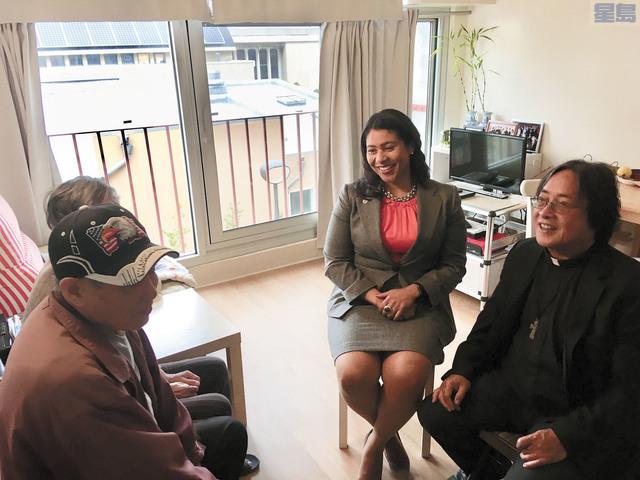 華協中心行政總監方小龍方小龍牧師(右一)與市長布里德 (右二)到訪新近遷回的住戶。市長辦公室提供