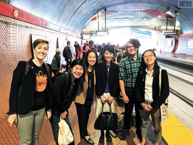 湯凱蒂(左三)搭L線公車孰料遇上故障,和捷運董事候選人李正元(右一)等一起等候轉K線。取自推特