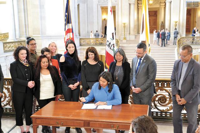 市長布里德在多位市參事的陪同,簽署成立「性侵及性騷擾應對及防範辦公室」。記者邱凱藍攝