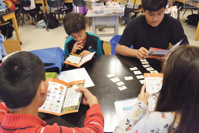 七年級學生翻閱應急管理局小冊子。記者邱凱藍攝