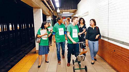 地鐵調查團在堅尼路站。