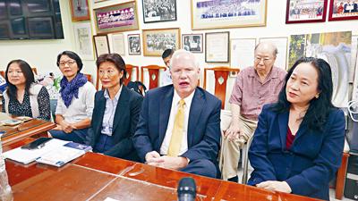 數位區內華人家長陪同艾維拉走訪中華總商會,以獨立黨出線參加11月大選。