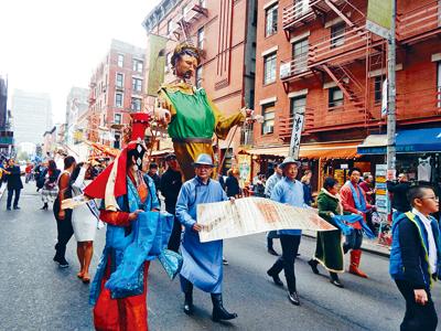參與者身穿傳統服飾高舉馬可波羅的木偶。
