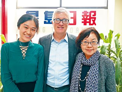 州參議員卡凡納在華人助理張笑英及鍾影霖陪同下接受本報訪問。