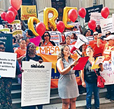 近百名家長在市教育局門前舉行集會。