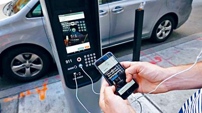 LinkNYC亭提供免費Wi-Fi連接及手機充電。臉書圖片