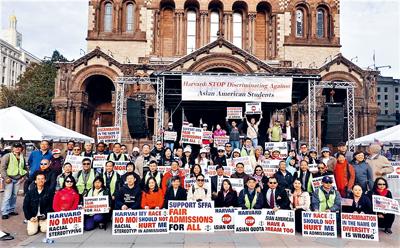 華人代表15日在波士頓聯邦法庭外抗議。AACE提供
