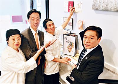 左起:「珠媽」李鄭晶珠、徐佑典處長、李德順、歐宏偉主任在入口處張貼特約商店專用貼紙。