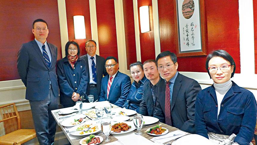 《路過未來》的導演李睿珺(右3),製片張敏(右4)在亞洲躍動電影展行政主任王曉菲(後立中)的主持下,與中國駐芝加哥總領館余鵬副總領事(右2),贊助機構海南航空公司市場部主任蔡月紅(右1)共進午餐。梁敏育攝