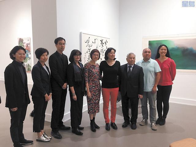 中華文化中心藝術總監陳暢(右四),唐家偉的姐姐唐慧中(右五)與策展人毛岱康(左四)與展覽團隊合影留念。記者馬欣攝