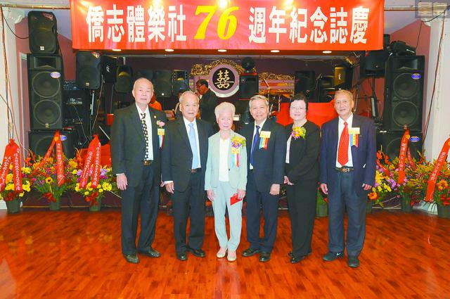 左起:元老周明乙、社長梁惠珍暨夫婿張耀廷先生、副社長鄧志堅暨夫人、副監