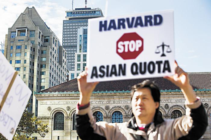 示威者呼籲哈佛取消亞裔配額。彭博社