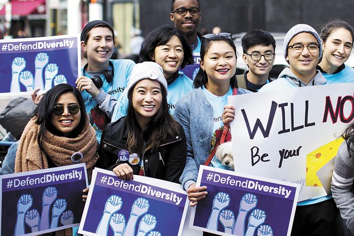 部分哈佛的支持者身穿藍襯衣集會。彭博社