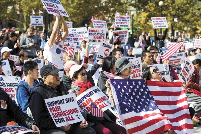 波士頓科普利廣場14日聚集大批示威者,他們抗議哈佛招生歧視亞裔。彭博社