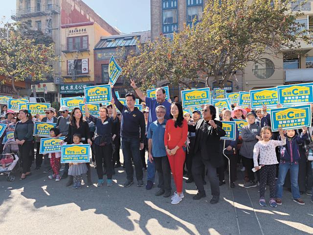 C提案「造勢大會」昨日於華埠花園角舉行,參與的人士包括班尼奧夫、市參事佩斯金和金貞妍、華協中心行政主任方小龍等等。記者羅雅元攝
