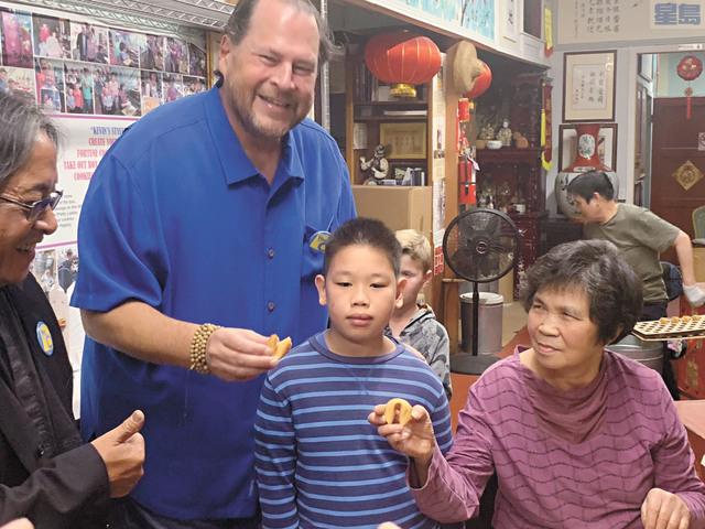 班尼奧夫來到金門餅食公司,為參與大會的人士派送幸運簽語餅。記者羅雅元攝